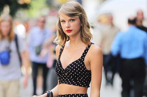 taylor swift khoe eo thon voi ao lung - 3