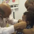 """Làm mẹ - Ông bác sĩ tiêm cho trẻ khiến các mẹ """"mê mẩn"""""""