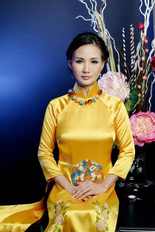 hoa hau suong dang quy phai voi ao dai vang - 1