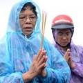 Tin tức - Bố mẹ chị Huyền đội mưa thắp hương ở mộ con gái