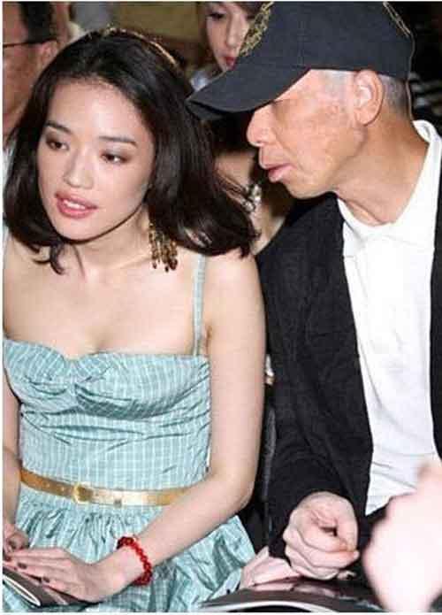 """my nhan cbiz bi dong nghiep nam """"dom nguc"""" - 1"""