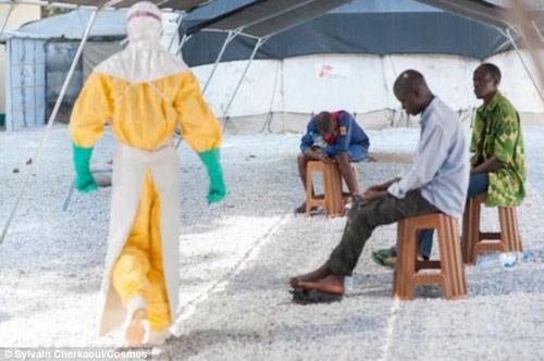 """can canh """"ao giap lo hoi"""" chong virus sat thu ebola - 5"""