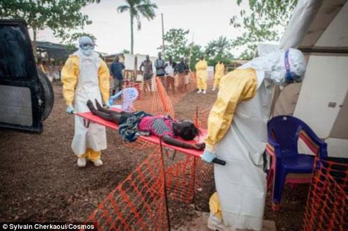 """can canh """"ao giap lo hoi"""" chong virus sat thu ebola - 6"""