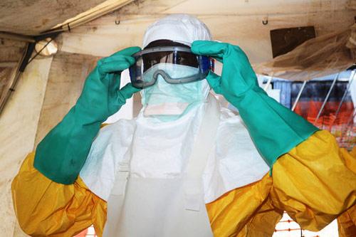 """can canh """"ao giap lo hoi"""" chong virus sat thu ebola - 3"""