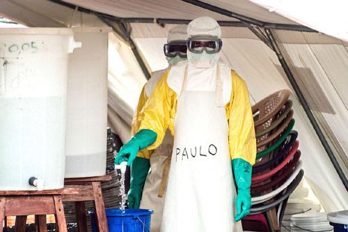 """can canh """"ao giap lo hoi"""" chong virus sat thu ebola - 2"""