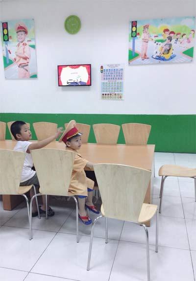 "con trai dan le ngo nghinh lam ""canh sat giao thong"" - 2"