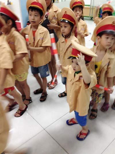 "con trai dan le ngo nghinh lam ""canh sat giao thong"" - 1"