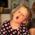 Clip Eva - Bé gái đáng yêu hát theo tiếng đàn của bố