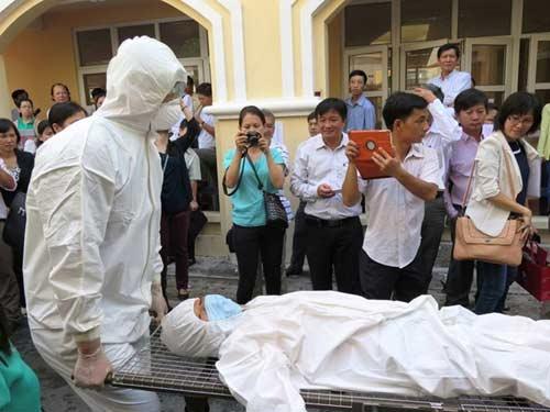 ben trong nha cach ly 'benh nhan ebola' o sai gon - 2