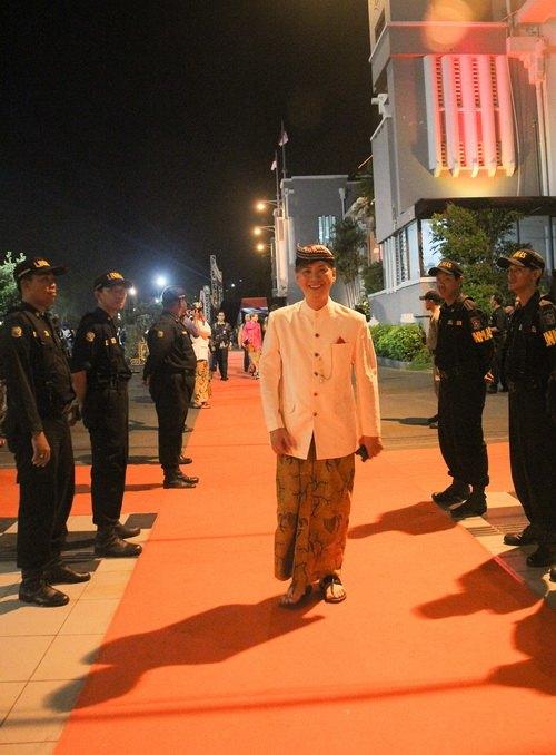"""ntk van thanh cong la lam mac """"vay"""" indonesia - 15"""