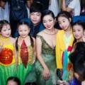 """Làng sao - Quang Lê, Lệ Quyên bị fan nhí """"bao vây"""""""