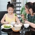 """Làm mẹ - """"Phát điên"""" vì con thích ăn ngậm"""