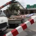 Tin tức - HN: Xe biển ngoại giao húc đổ thanh chắn cầu vượt