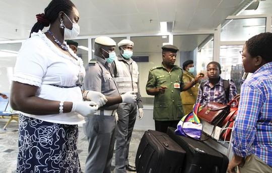 mot phu nu nghi nhiem ebola chet tren may bay - 1