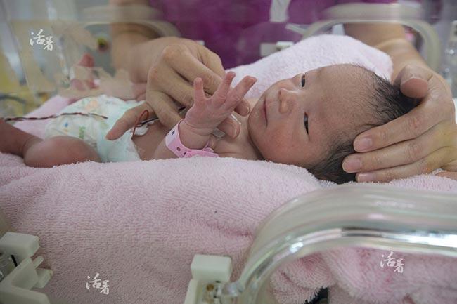 Ngắm trọn 9 tháng song thai của mẹ U50
