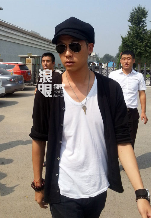 cha va anh trai den trai giam tham kha chan dong - 2