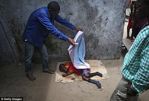 be trai 10 tuoi nhiem ebola bi doi xu te bac - 5