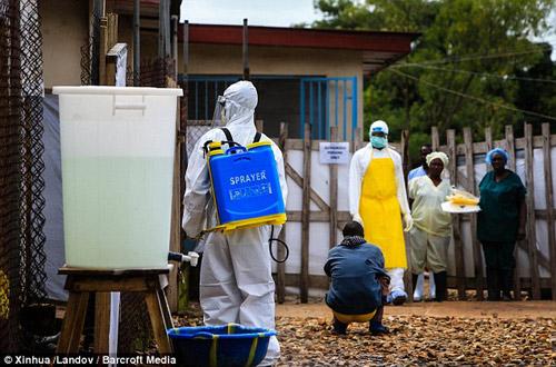 be trai 10 tuoi nhiem ebola bi doi xu te bac - 7
