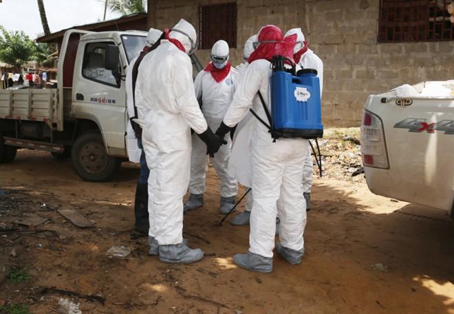 benh nhan ebola nam chung phong voi nguoi chet - 2
