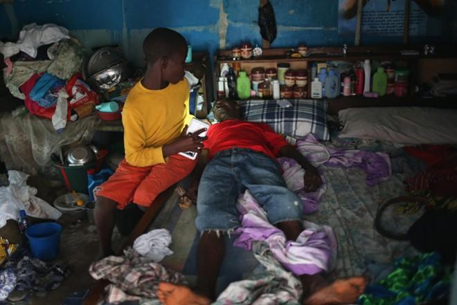 benh nhan ebola nam chung phong voi nguoi chet - 4