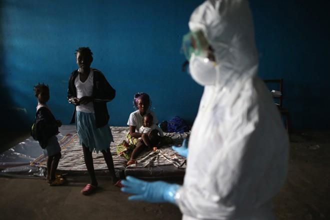 benh nhan ebola nam chung phong voi nguoi chet - 5