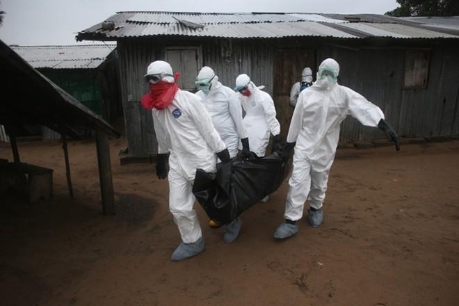 benh nhan ebola nam chung phong voi nguoi chet - 7