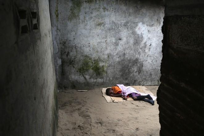 benh nhan ebola nam chung phong voi nguoi chet - 9