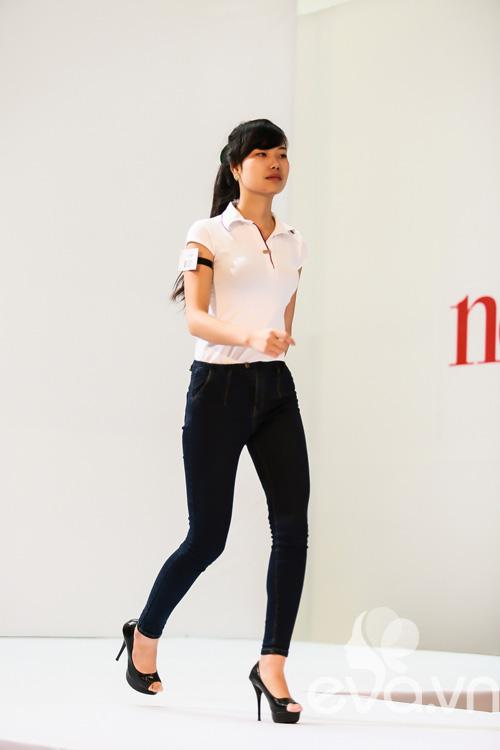 giam khao next top vat va uon nan thi sinh thi catwalk - 4