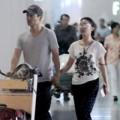 """Làng sao - Vợ chồng Châu Tấn """"tay trong tay"""" tại sân bay"""