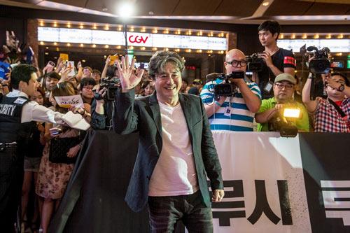 "fan han quoc tung bung chao don ""lucy"" - 1"
