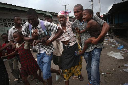 bi cach ly vi ebola, dan liberia noi loan - 1