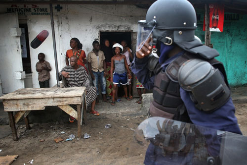 bi cach ly vi ebola, dan liberia noi loan - 3