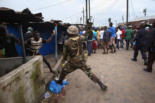 bi cach ly vi ebola, dan liberia noi loan - 4