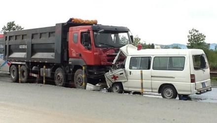 Xe cứu thương tông xe tải, bé 7 tháng tuổi tử vong - 1