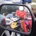 Tin tức - Sốc cảnh bà mẹ vừa đi xe máy vừa cho con bú giữa đường