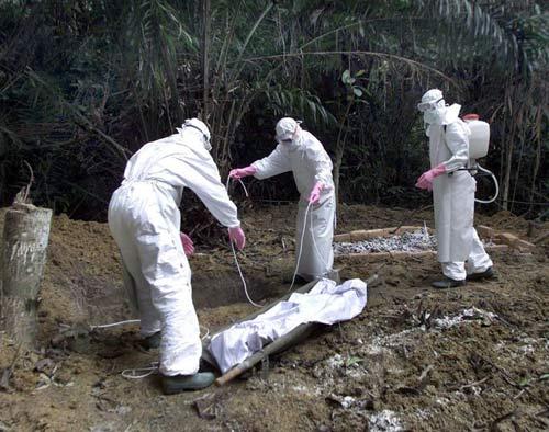 """ebola: nhieu gia dinh che giau """"tu than"""" trong nha - 1"""