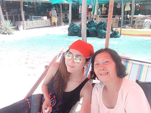 Ngọc Quyên trẻ trung bên mẹ ở Phuket-6