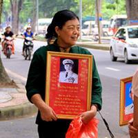 Người dân xếp hàng tưởng nhớ sinh nhật Đại tướng