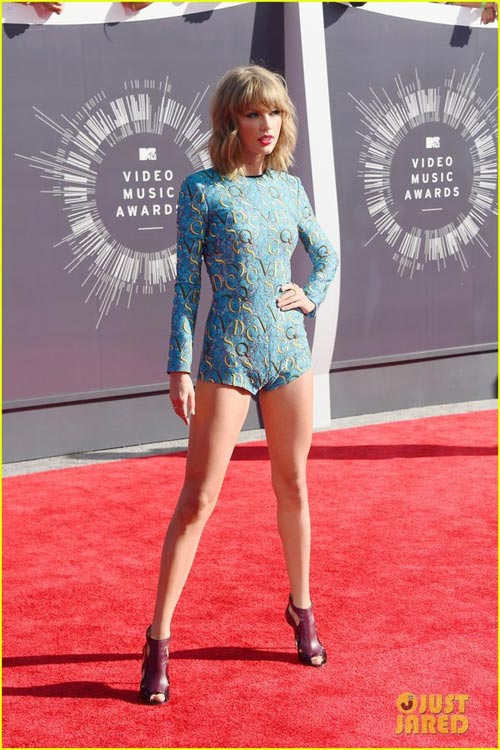 taylor swift dien do sieu ngan khoe chan tren tham do - 4