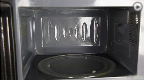 Mẹo làm sạch lò vi sóng bằng chanh - 5