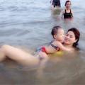 Làng sao - Vũ Thu Phương và con gái đùa vui cùng sóng biển