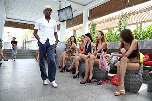hau truong luyen catwalk cua elite model look - 1