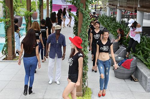 hau truong luyen catwalk cua elite model look - 3