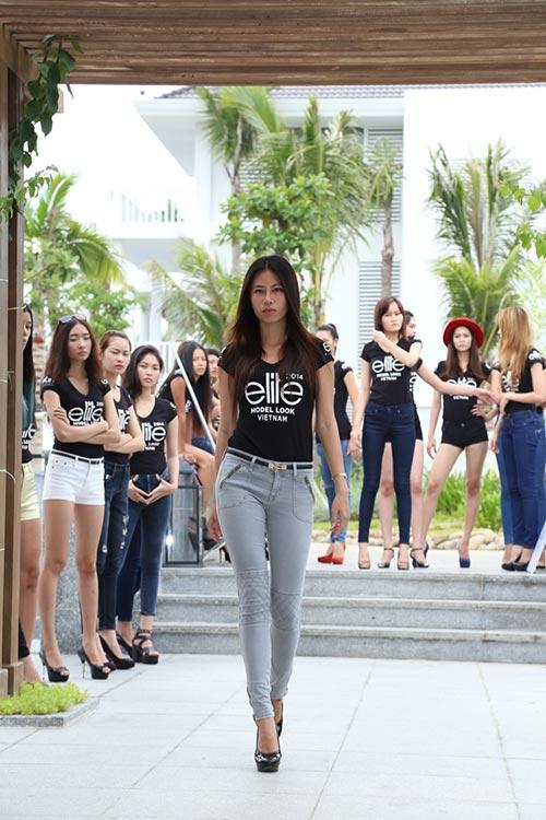 hau truong luyen catwalk cua elite model look - 7