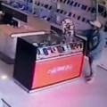 Tin tức - Clip: Nhờ nạp thẻ rồi trộm điện thoại trong cửa hàng