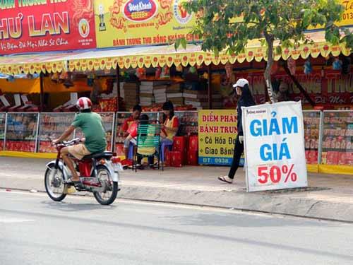 Cửa hàng ế ẩm, bánh trung thu hạ giá sớm-4