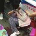 Bà bầu - Được 20 người che ô khi đẻ rơi dưới trời mưa