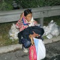 Bà bầu - Mẹ 43 tuổi sinh con bên đường rồi tự cắt dây rốn