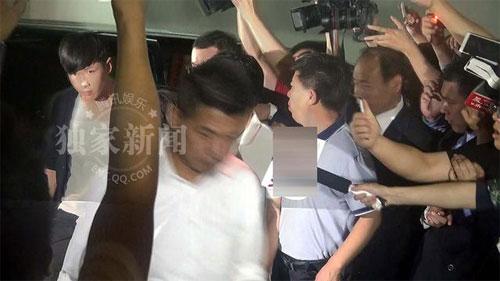 Kha Chấn Đông xung đột với phóng viên sau khi được thả-1
