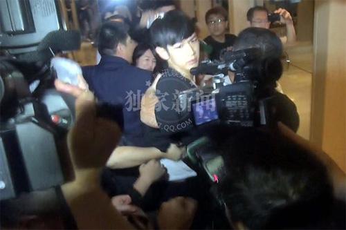 Kha Chấn Đông xung đột với phóng viên sau khi được thả-6